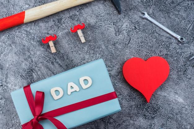 Composizione degli oggetti del giorno del `s del padre