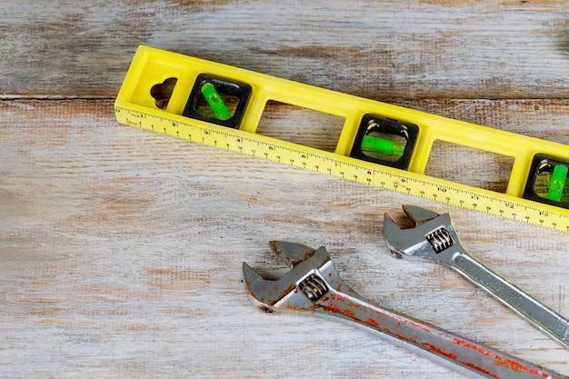 Composizione degli strumenti dell'impianto idraulico dei connettori di tubo d'ottone sulla scheda di legno