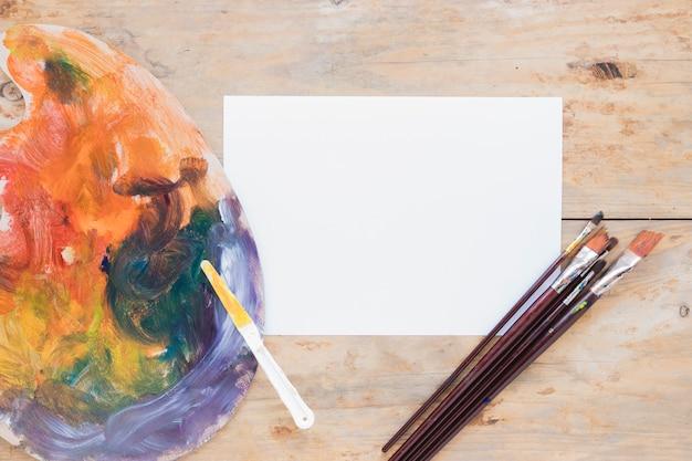 Composizione degli strumenti di pittura sullo scrittorio di legno