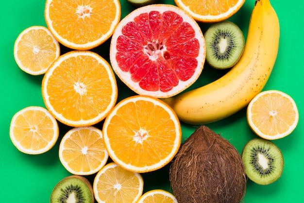 Composizione dei frutti tropicali colorati a fette