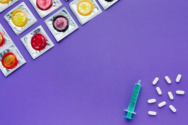 Composizione del concetto di contraccezione su sfondo viola