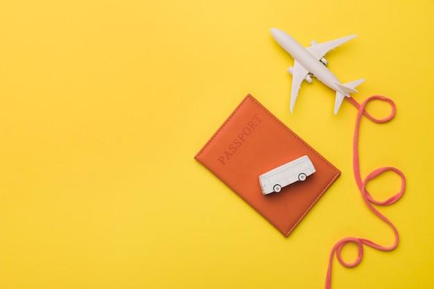 Composizione del jet giocattolo con passaporto e autobus della compagnia aerea