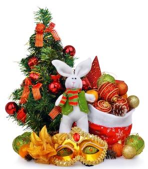 Composizione del nuovo anno con il coniglio e la maschera della borsa di santa dell'albero di natale
