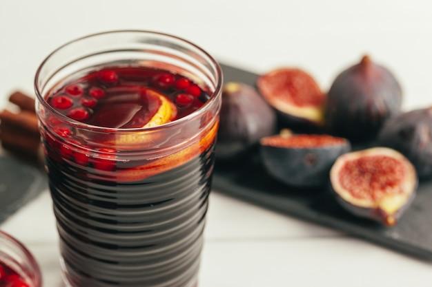 Composizione del nuovo anno con vin brulé su legno scuro
