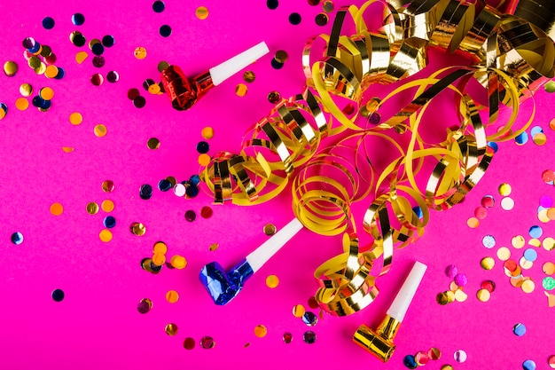 Composizione del partito colorato con coriandoli
