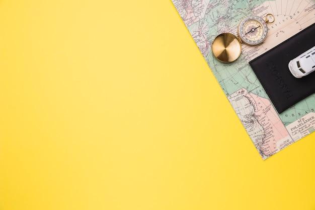 Composizione del passaporto bussola mappa e bus giocattolo