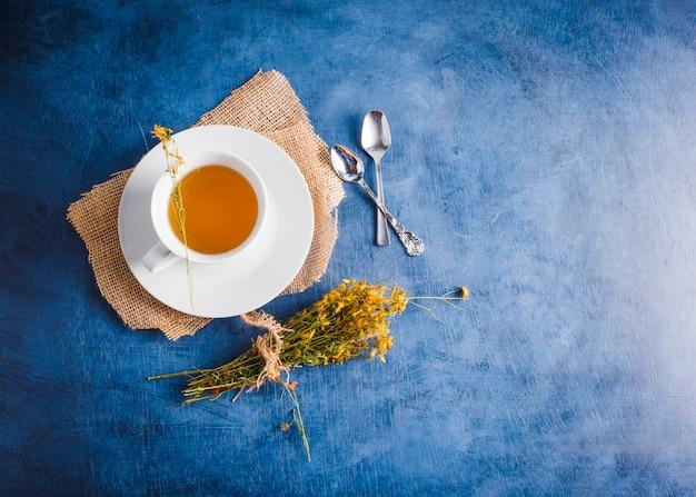 Composizione del tè piatto con copyspace