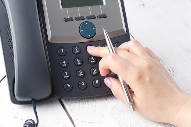 Composizione del telefono voip in ufficio, tastiera e dettagli del monitor