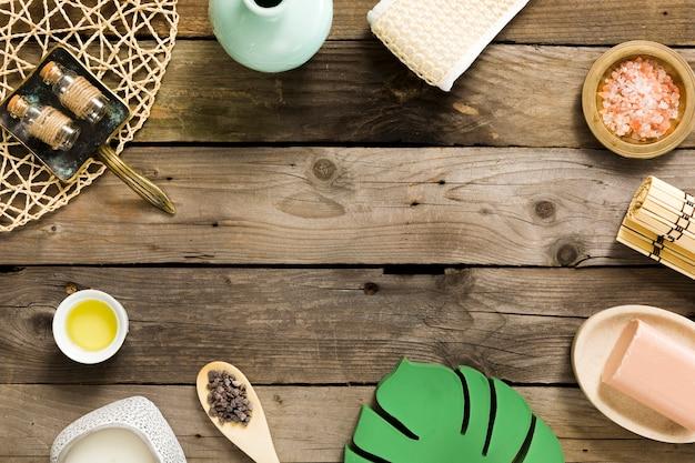 Composizione del trattamento termale sul tavolo di legno