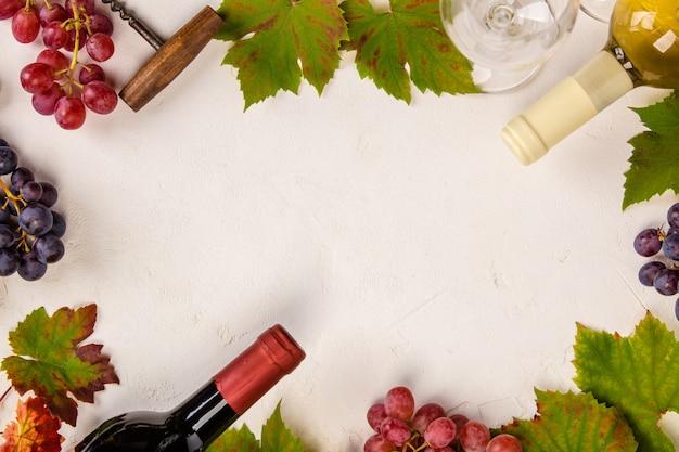 Composizione del vino su fondo rustico, vista piana, vista dall'alto