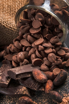 Composizione deliziosa nel cioccolato dell'angolo alto sul primo piano scuro del panno