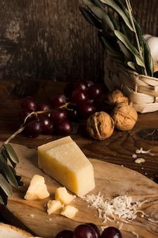 Composizione deliziosa nel formaggio dell'angolo alto sulla tavola