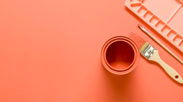 Composizione dell'attrezzatura dell'artista nel colore rosa