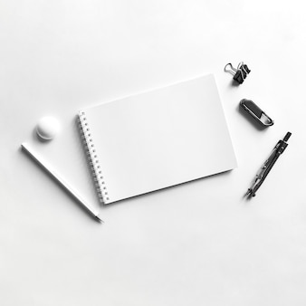 Composizione della clip e del magnete della bussola della matita di carta del taccuino