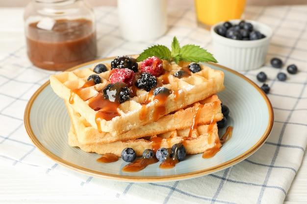Composizione della colazione con cialde belghe