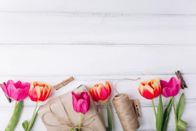 Composizione della festa della mamma. regali e tulipani rosa con lo spazio della copia.