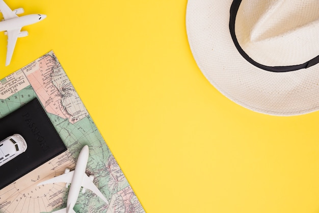 Composizione della mappa e del cappello del passaporto del bus dell'aeroplano del giocattolo