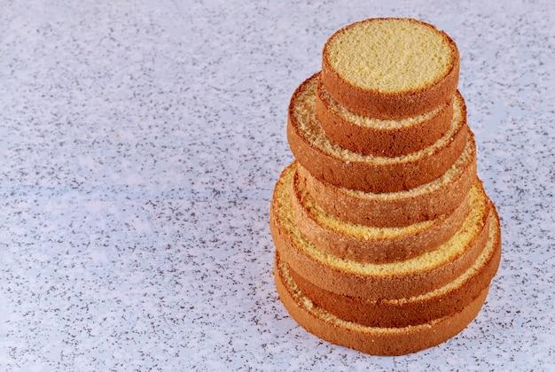 Composizione della torta affettata del burro sulla tavola per produrre la torta nunziale