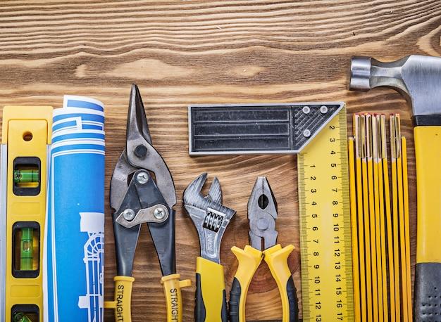 Composizione delle attrezzature da costruzione su tavola di legno d'epoca