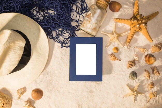 Composizione delle conchiglie delle stelle marine del cappello di lavagna e rete da pesca su e