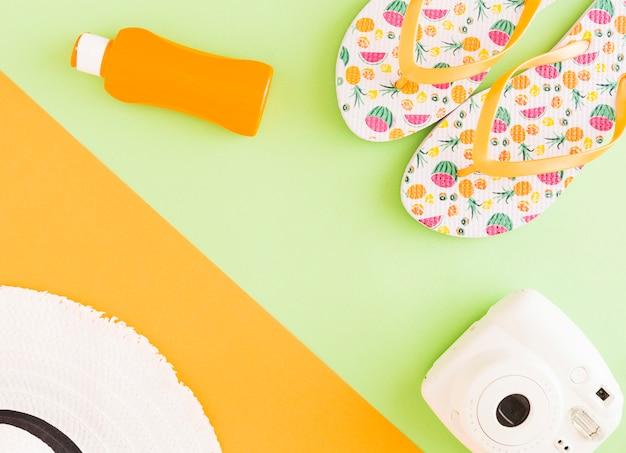Composizione di accessori estivi su sfondo colorato