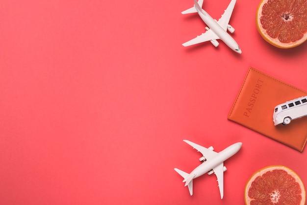Composizione di aeroplani giocattolo bus passaporto e pompelmo