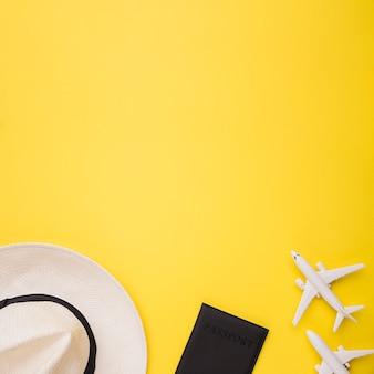 Composizione di aeroplani giocattolo passaporto e cappello
