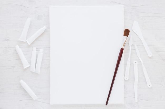 Composizione di attrezzature professionali per la pittura