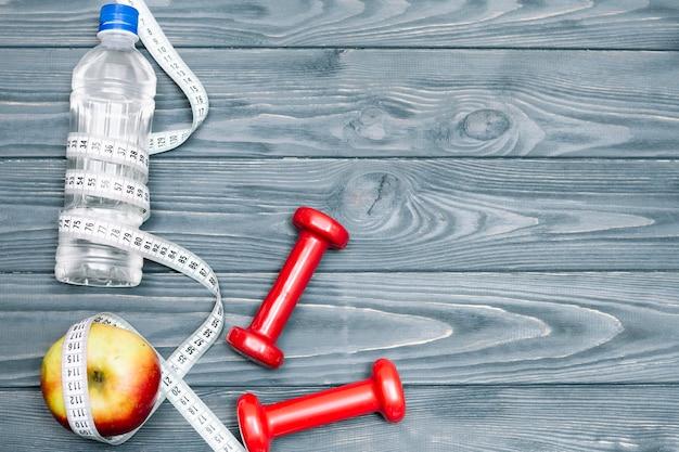 Composizione di attrezzature sportive e cibo sano