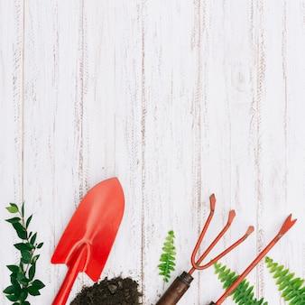 Composizione di attrezzi da giardinaggio