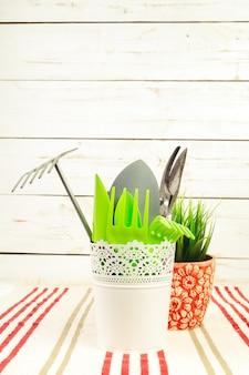 Composizione di attrezzi da giardino