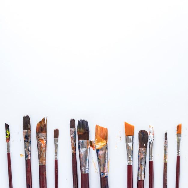 Composizione di attrezzi usati artisti disordinati per la tintura