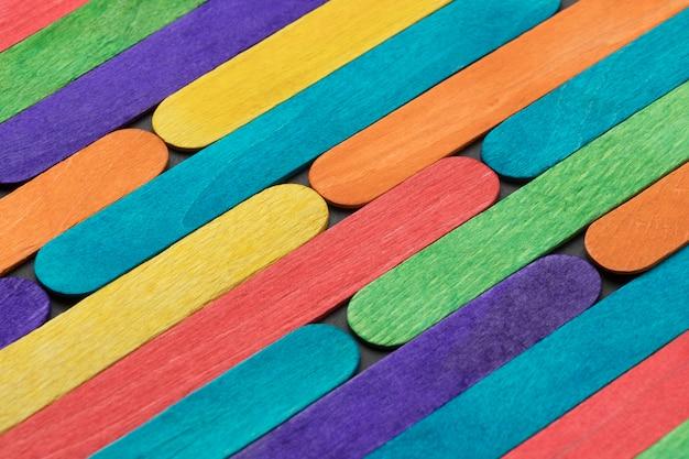 Composizione di bastoncini di gelato colorati