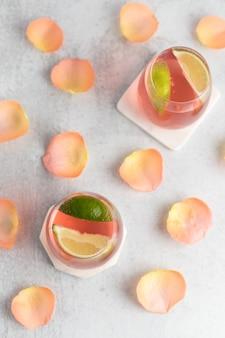 Composizione di bevande con lime e petali