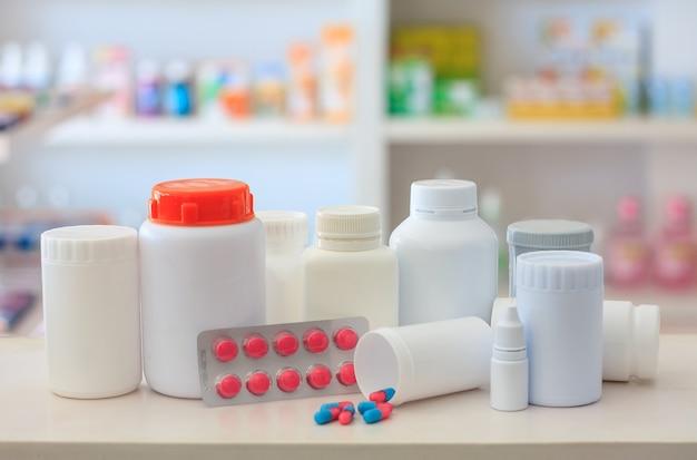 Composizione di bottiglie di medicinali e pillole con scaffali del negozio farmacia