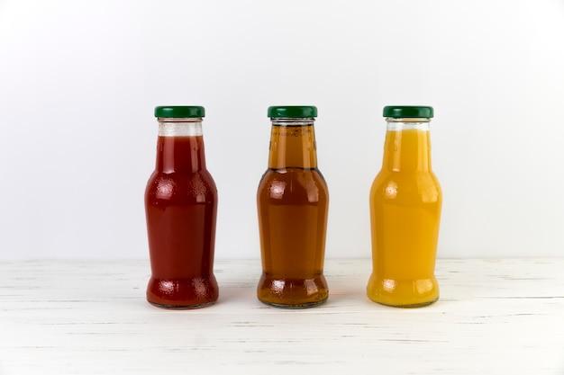 Composizione di bottiglie di succo sul tavolo