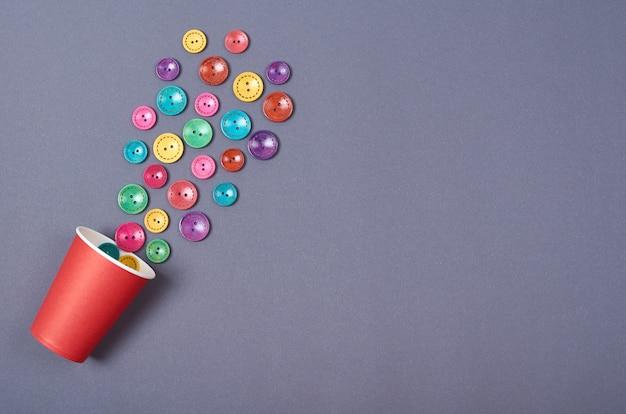 Composizione di bottoni da cucire. sfondo concetto cucito. foto a schermo piatto e vista dall'alto