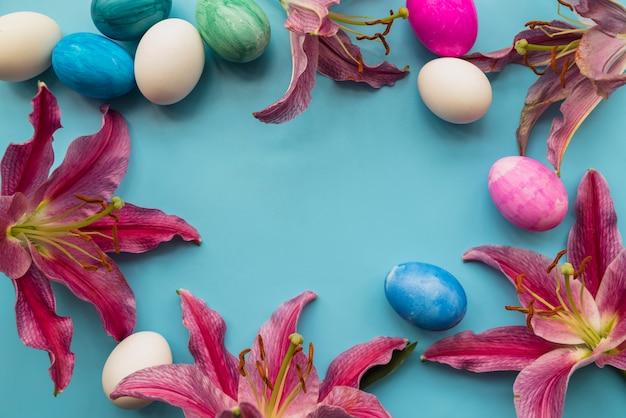 Composizione di brillanti uova di pasqua e fiori freschi