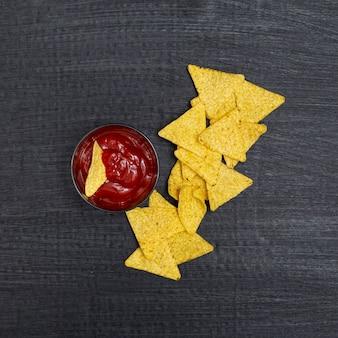 Composizione di c in rettangolare e ketchup in una piccola ciotola