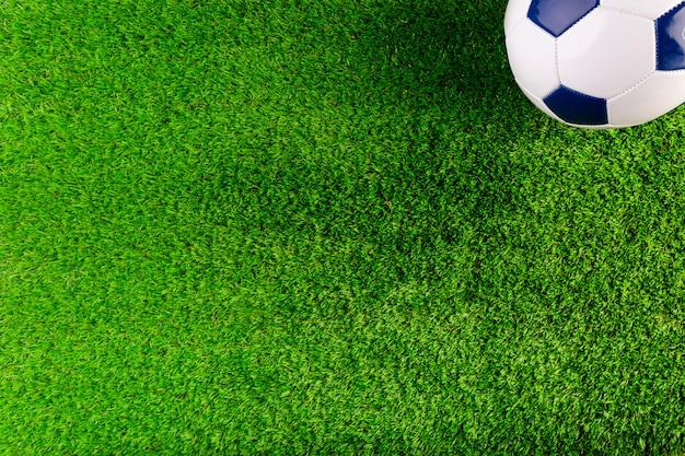 Composizione di calcio con copyspace e palla