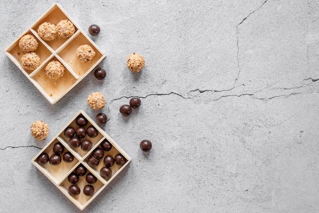 Composizione di caramelle al cioccolato piatto laici con spazio di copia