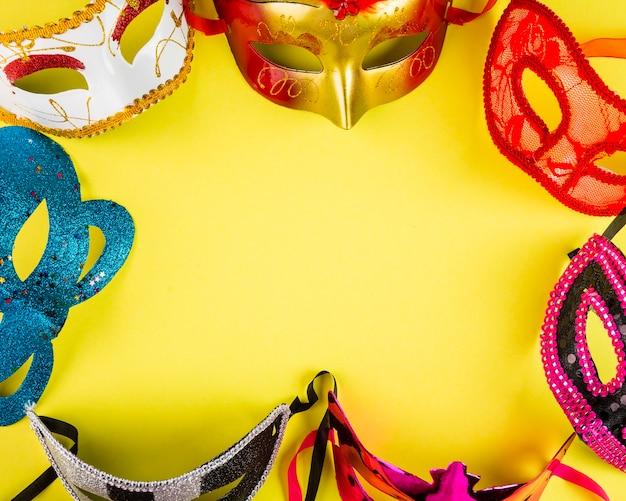 Composizione di carnevale colorato con maschere