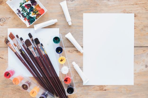 Composizione di carta e raccolta di articoli di cancelleria per artisti