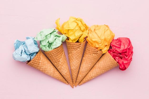 Composizione di carta stropicciata e coni gelato