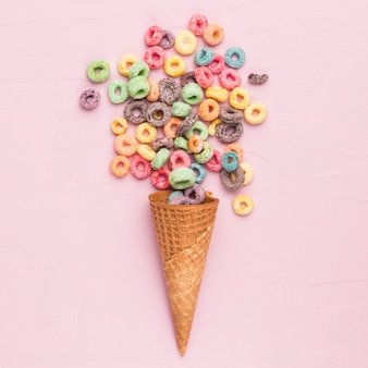 Composizione di cereali multicolori e coni gelato