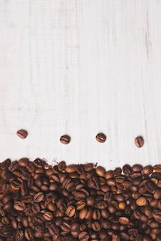 Composizione di chicchi di caffè su bianco