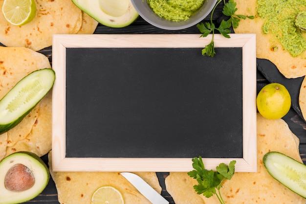 Composizione di cibo messicano piatto laici con ardesia