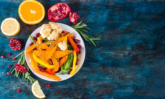 Composizione di cibo sano con insalata colorata