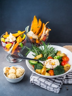 Composizione di cibo sano con insalata fresca