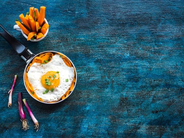 Composizione di cibo sano con uovo fritto